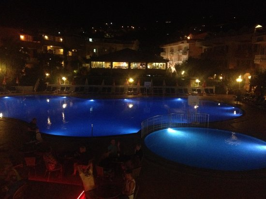 Turquoise Hotel: Poolside by night