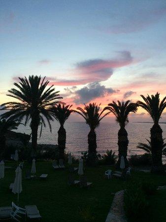 Queen's Bay Hotel: Майский закат.
