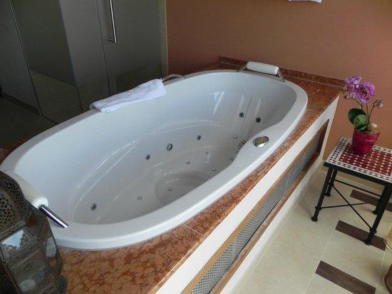 Panorama Resort & Spa: Whirlpool in der Suite