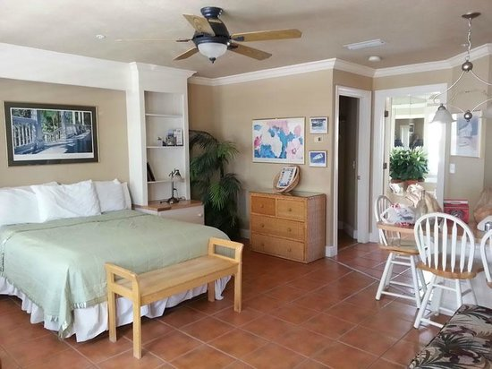Tortuga Beach Resort: nice room, but service is lacking