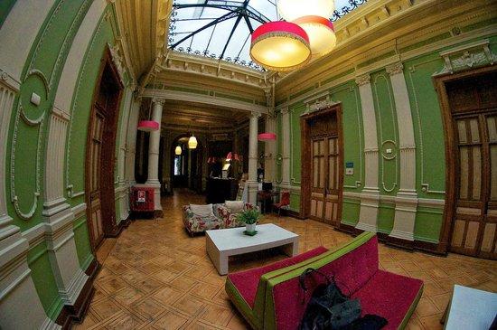 Happy House Hostel: lobby + common area