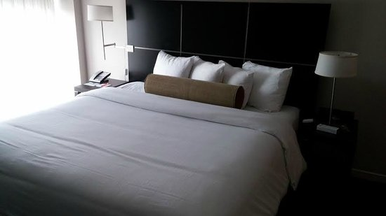 Hotel Indigo Boston - Newton Riverside: Extremely comfy bed with sharp corners!