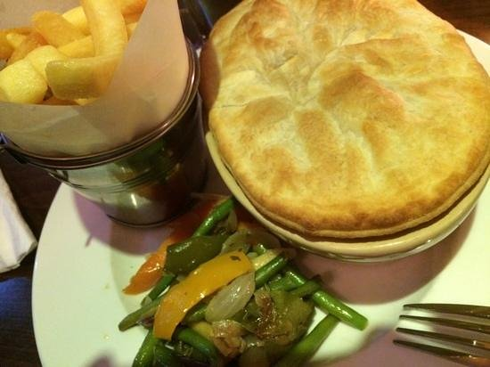 Gatwick Belmont Hotel & Restaurant: Yummy steak & kidney pie.