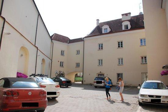 Hotel Domus Maria: Внутренний двор и парковка