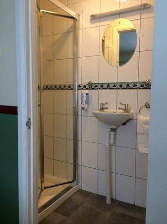 Gatwick Belmont Hotel & Restaurant: Bathroom
