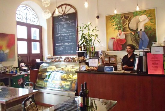 Casa Sucre Coffeehouse: Rich at the counter