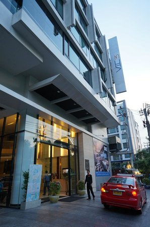 Vic3 Bangkok : Front gate of the hotel