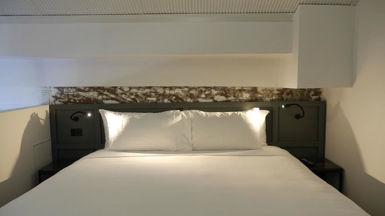 Ovolo 1888 Darling Harbour: THE bed, on the upper deck