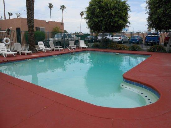 Econo Lodge Airport: Pool