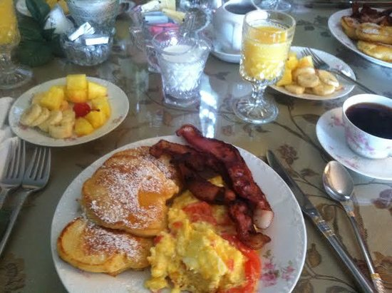 River Lily Inn Bed & Breakfast : Our breakfast this morning: peach pancakes, bacon, omelet, fruit, coffee and Orange Juice