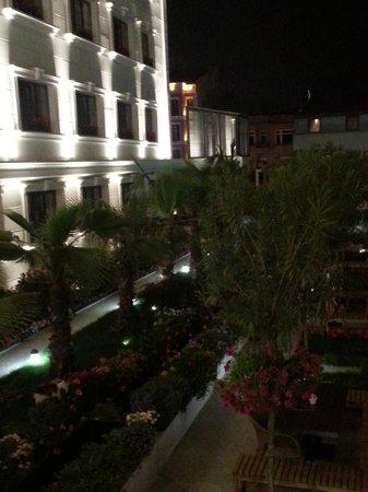 Sura Hagia Sophia Hotel: Hotel's garden in the evening