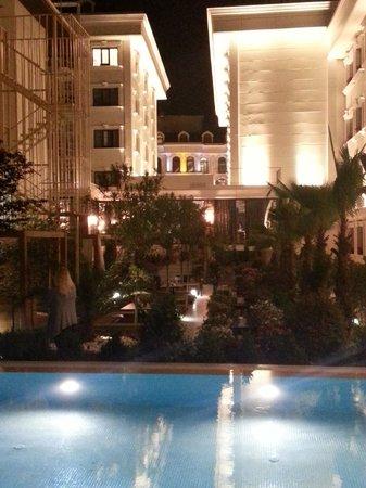Sura Hagia Sophia Hotel: Pool view in the evening
