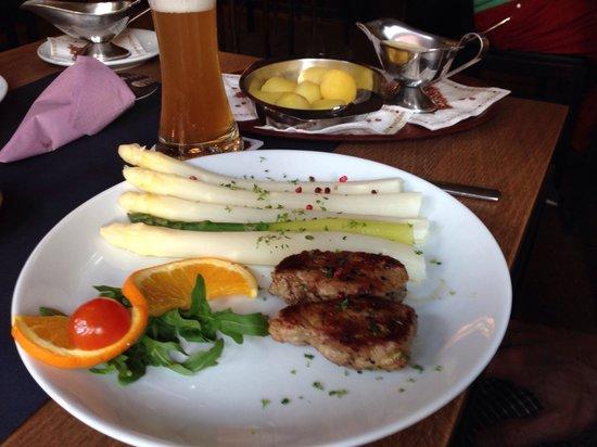 Kleiner Olymp: Pork medallions with Spargel & cream sauce