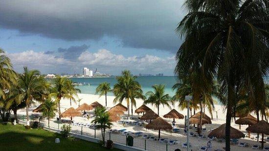 Beachscape Kin Ha Villas & Suites: Vista del balcón. ....
