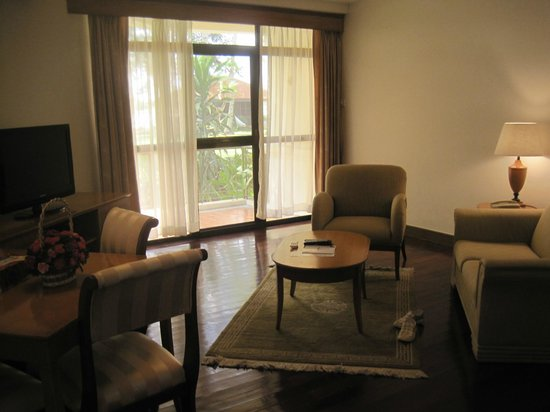 Riverside Serviced Apartments: the splenid livingroom with  terrace to the garden