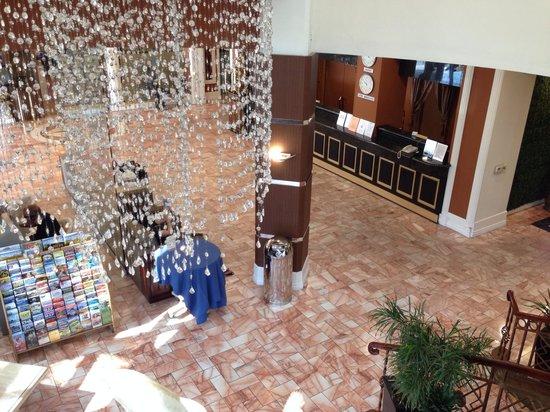 Garden Suites Hotel & Resort: ロビーです。明るい感じ!