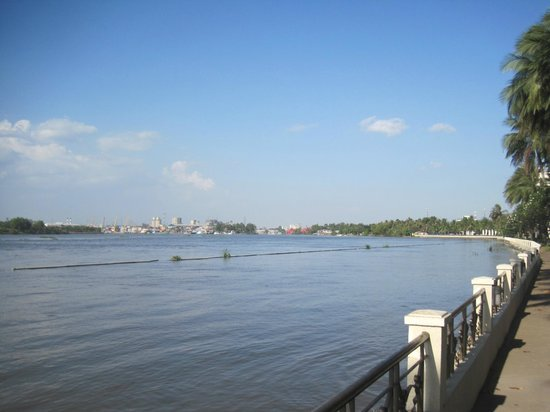 Riverside Serviced Apartments: view over the Saigon river from the garden