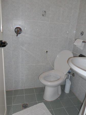 Bagno senza piatto doccia piccolissimo foto di hotel - Bagno piccolissimo in camera ...