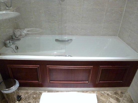 Macdonald Holyrood Hotel: awesome tub