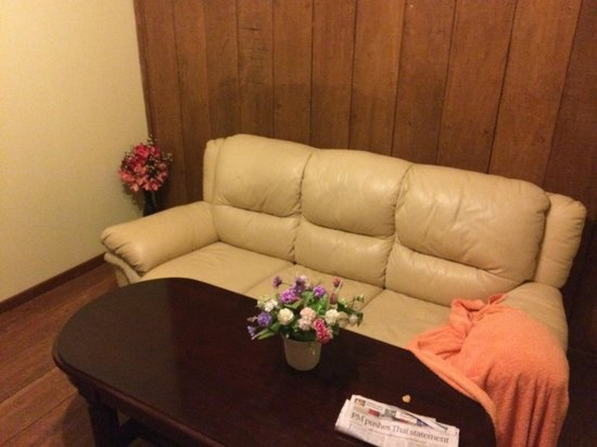 Vimean Sovannaphoum Resort : panelling, fake flowers, old pleather couch