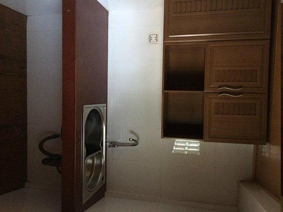 Vimean Sovannaphoum Resort : kitchen?  6 foot ceiling