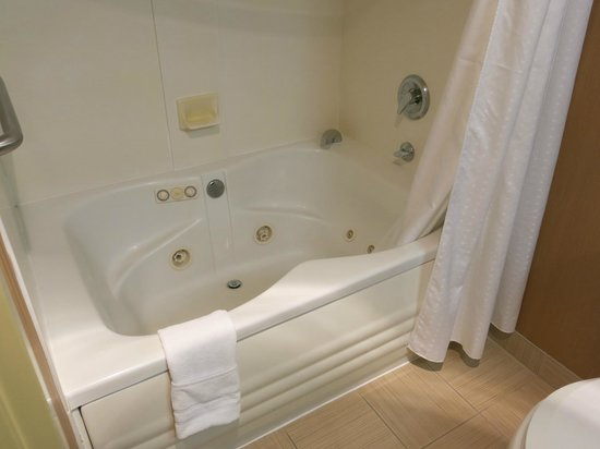 Holiday Inn Express Suites Belmont: Whirlpool tub, room 304