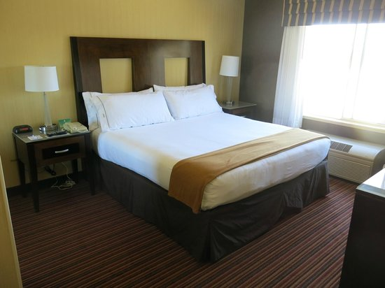 Holiday Inn Express Suites Belmont: sleeping room