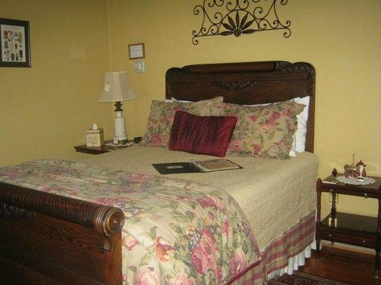 Brickhouse Inn Bed & Breakfast: Cozy comfy room.