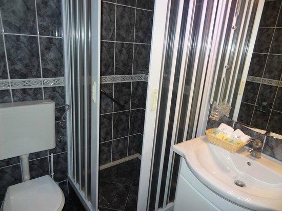Hotel Perla: old style bathroom