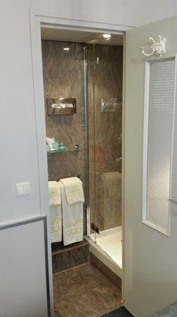 Hotel du Levant : Doccia e lavabo