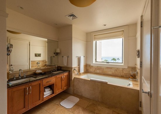 Montage Kapalua Bay: Master bath room #1, with yet another view of the coastline.