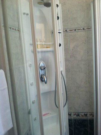Raffaello Hotel: shower