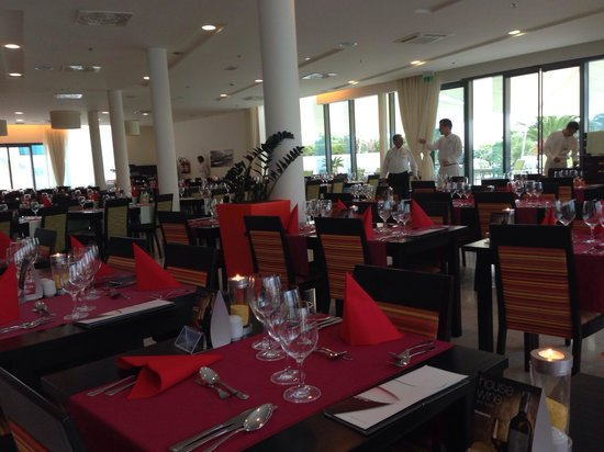 Valamar Lacroma Dubrovnik: The dining area is vast with lovely food but it still feels like a proper restaurant