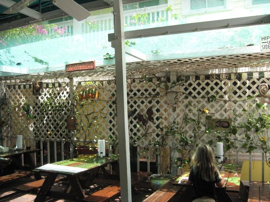Lobo's Mixed Grill: Covered open air seating