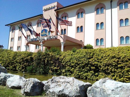 BEST WESTERN Grand Hotel Guinigi: una vista esterna dell'ingresso dell'hotel
