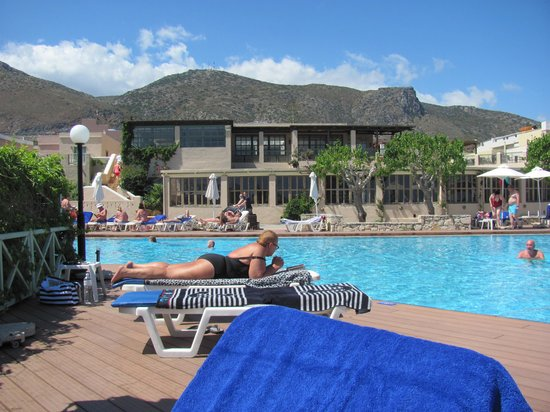 Silva Beach : An overview from the lower swimming-pool to the hotel