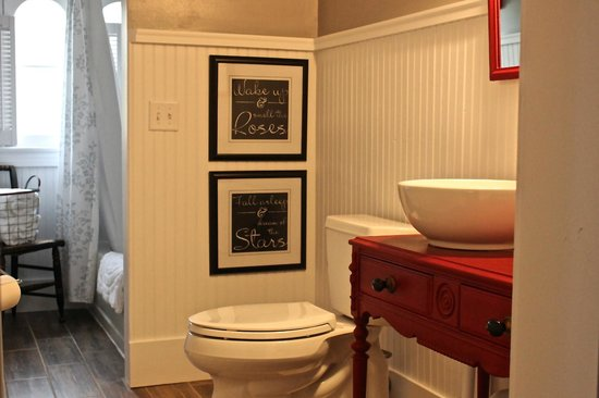 1837 Cobblestone Cottage Bed and Breakfast: Attic Suite bathroom