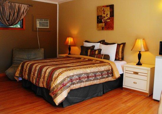 The Villas On Lake George : Standard Resort Room Single Queen Bed