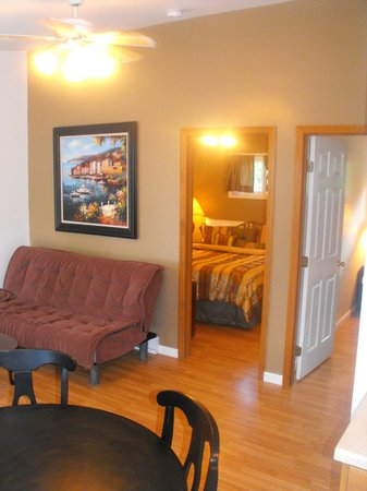 The Villas On Lake George: Family Suite Living area 2 bedrooms