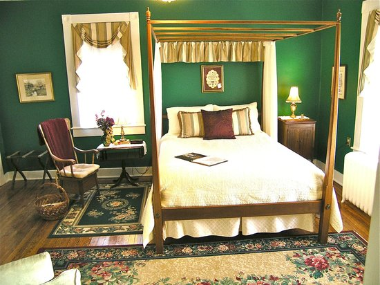Carriage Inn Bed and Breakfast: Newly redecorated Garden View Room