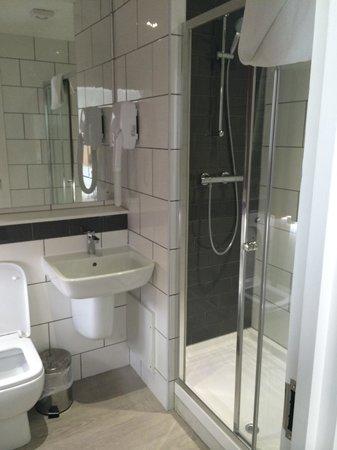 Euro Queens Hotel: Nice bathroom