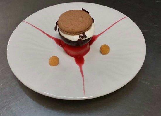 LE CLOS DES ACACIAS: Poire Belle Hélène poché à la framboise mousse Opalys et macaron chocolat Poulain.