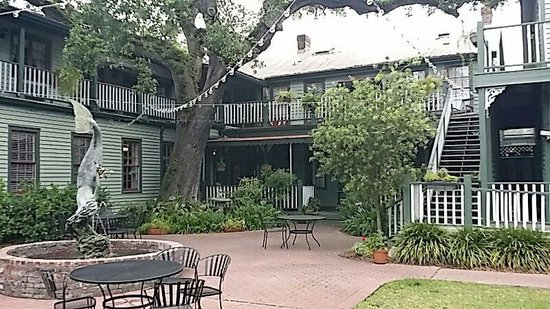 Florida House Inn: Inn from the back courtyard