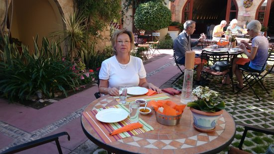 Avalon Boutique Suites Hotel: breakfast in the patio
