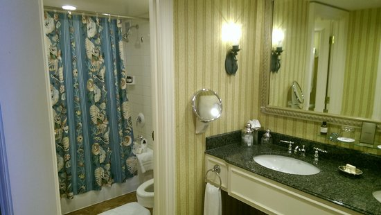 Fairmont Southampton: Spacious Bathroom