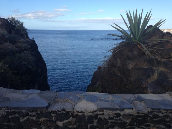 Annapurna Hotel Tenerife: View from rocks at side of hotel