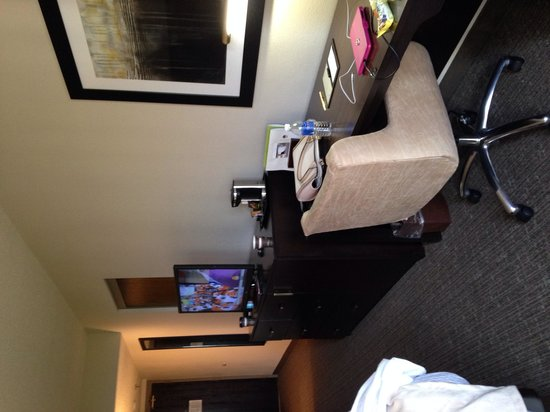 DoubleTree by Hilton Hotel Port Huron: Dresser and desk