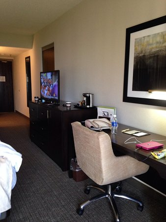 DoubleTree by Hilton Hotel Port Huron : Dresser and desk