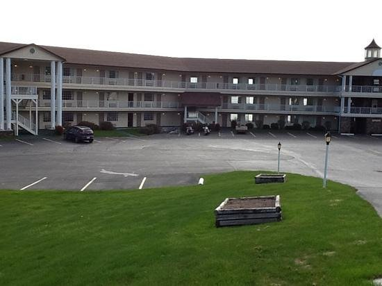 Quality Inn Lakefront: you can see from the open windows that they are all lakefront rooms.