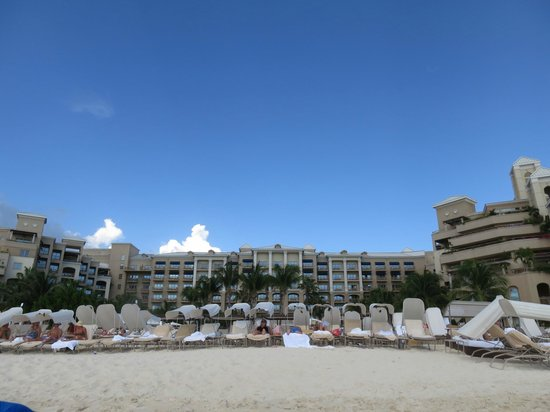 The Ritz-Carlton, Grand Cayman: Hotel from the beach